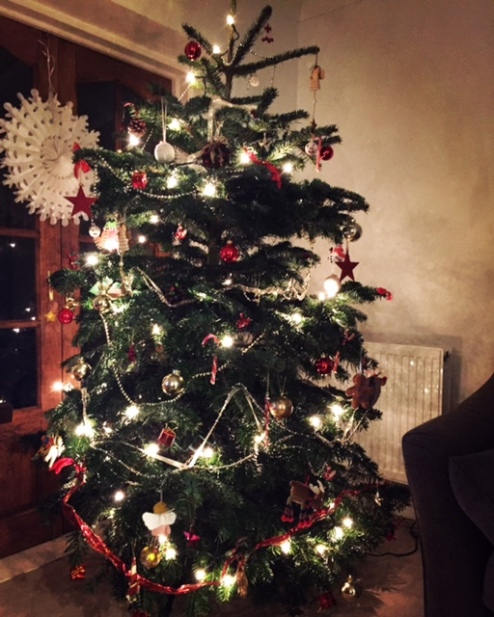 decorating-the-christmas-tree-with-kids